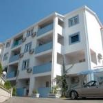 Apartmani Aleksić Bečići su apartmani sa 3 zvezdice, udaljeni od plaže 100m. Nalaze se neposredno pored hotela Bella Vista. Predviđeni su za 4 osobe.