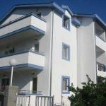 Apartmani Bečića se nalaze u Bečićima preko puta Hotela Queen of Montenegro. Naše tri Vile su u tihom i mirnom kraju, okružene masl-inama, palmama, mandarinama i raznim mediteranskim rastinjem