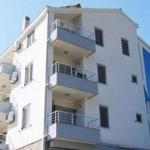 Apartmani Ivanović Bečići u ponudi se nalaze dvokrevetni, trokrevetni i četverokrevetni apartmani ukupno kapaciteta 15 ležaja.