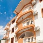Apartmani Vila Memidz se nalazi u Budvi preko puta recepcije hotela Slovenska Plaza.