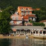 Apartmani Milanović Herceg Novi imaju čajne kuhinje, klima uređaje tv, internet.  Apartmani su u Herceg Novom, samo 5 metara udaljeni od mora.