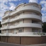 Apartmani Ota nalaze se u centru Igala, na 20 metara od plaže. U ponudi su dvokrevetni i trokrevetni apartmani. Svi apartmani imaju terasu sa pogledom na more i hercegnovski zaliv.