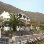 Apartmani se nalaze u mestu Stoliv, 10KM od Kotora i isto toliko od Tivta. Kuća se nalazi na obali mora sa prostranom terasom opremljenom za odmor i razonodu gostiju