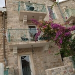 Apartmani Dragović, Petrovac, nalaze se na setalistu na svega 25 metara od plaze i nudimo vam kompletno opremljene apartmane.