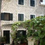 Apartmani Villa Glišović Risan se nalaze u malenom mirnom mestu Strp (zaliv Boke kotorske), i udaljeni su samo 10m od mora.