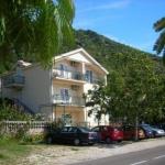 Apartmani Villa Radović Risan nalaze se u malom mirnom mjestu Strp samo 2,5km od antičkog grada Risna i 20km od srednjevjekovnog grada Kotora i udaljeni su svega 10m od mora i plaže.