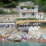Apartmani Bimbor Sutomore se nalaze na glavnom setalistu na samoj obali sutomorske plaže. Svojom lokacijom omogućava lak pristup svim sadržajima koje Sutomore kao turističko mesto nudi.