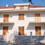 Apartmani Lastva Tivat nalaze se u malom mjestu Boke Kotorske, Donja Lastva pored Tivta, inače grada poznatog iz naše istorije po ljetnikovcima čuvenih Bokeskih familija