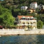 Apartmani Stevović II Tivat se nalaze na samoj obali mora, na samo 30 m.