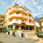 Apartmani Erdi Mala Plaža se nalaze na prvom spratu zgrade na Maloj plaži samo 30 metara od mora.