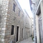 Apartmani Erdi Old town Ulcinj se nalazi u samom srcu Staroga Grada  u neposrednoj blizini gornjeg ulaza u Stari Grad