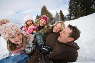 Porodične igre u snegu - Klizanje na ledu i porodicne igre